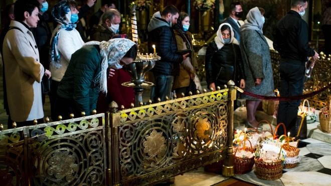 МОЗ озвучив карантинні правила під час великодніх богослужінь — до церкви радять іти лише одному члену сім'ї