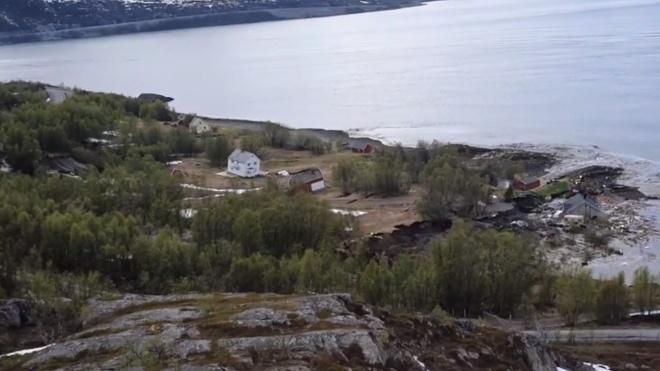 Массивный оползень в Норвегии снес в море часть поселка вместе с собакой