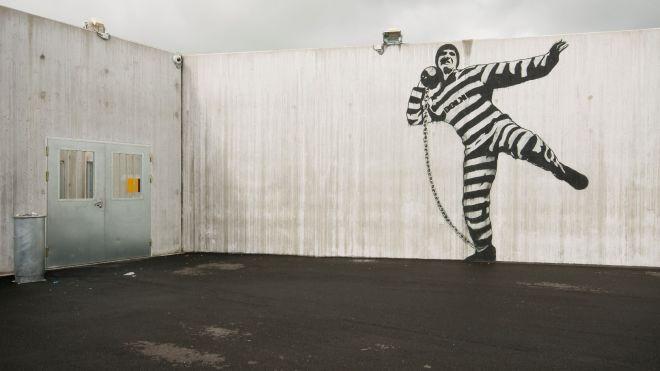 В Одессе из колонии сбежали трое преступников, разобрав стену овощного склада