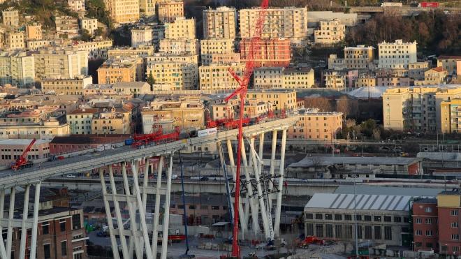 В Генуї зносять міст Моранді, від обвалу якого загинули 43 людини. Віадук ріжуть на частини і спускають вниз