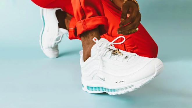 Nike в коллаборации с дизайнерским бюро выпустил «кроссовки Иисуса». Пара с ладаном и святой водой стоит $3000