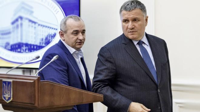 В оточенні Порошенка називають тих, хто міг «злити» інформацію у справі «Укроборонпрому»: прокурор Анатолій Матіос або голова МВС Арсен Аваков. Вони все заперечують