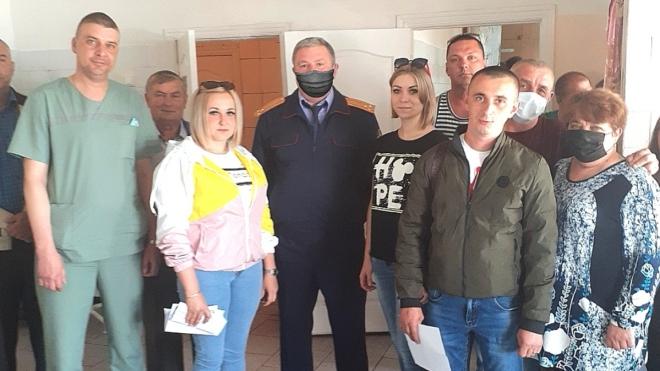 Російський слідчий фотографувався з лікарями без маски. Для публікації маску домалювали