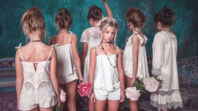В Одесі 12-річні дівчата рекламують білизну. В образі паризьких куртизанок