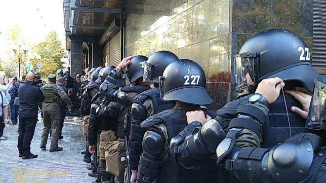 Сутички під Генпрокуратурою: поліція допитала сімох мітингувальників, одного з пістолетом — затримали