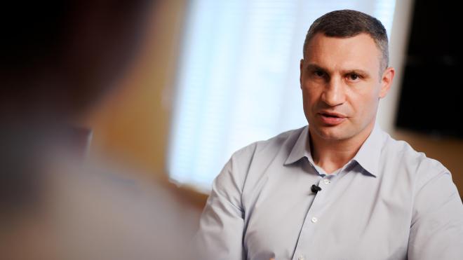 Віталій Кличко розповідає про конфлікт із Володимиром Зеленським і обшуки на комунальних підприємствах. Основні тези з прямоефірного інтерв'ю «Бабеля»