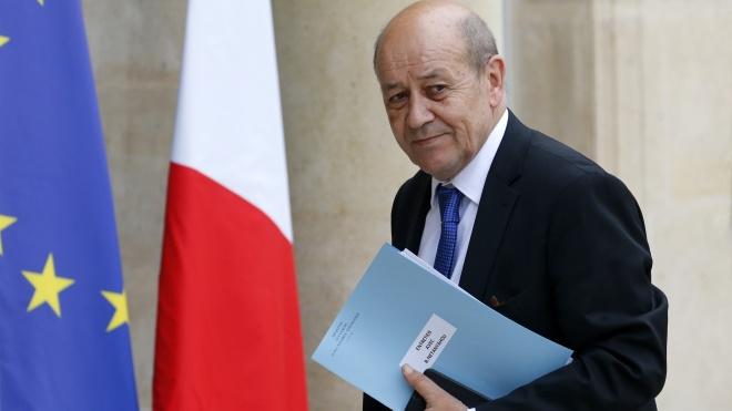 Во Франции мошенник надевал маску министра и просил деньги у влиятельных людей. Ему удалось выпросить €80 млн