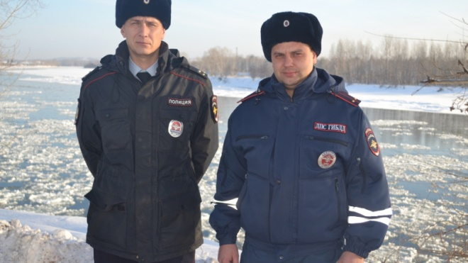 В России полицейские тушили пожар снежками