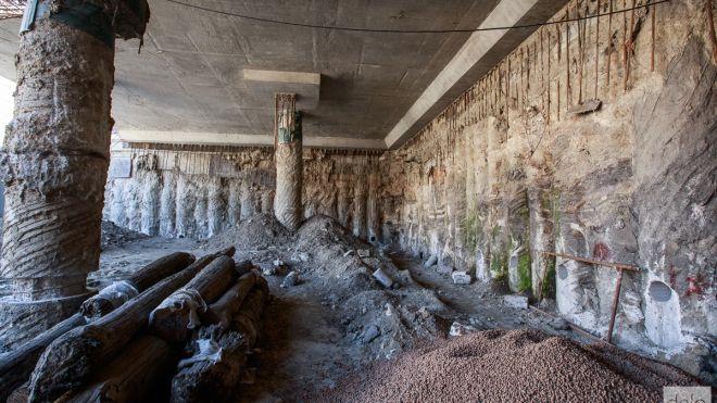 В Киеве раскопки древней улицы на Почтовой площади остановили после прорыва трубы. Что будет с артефактами?