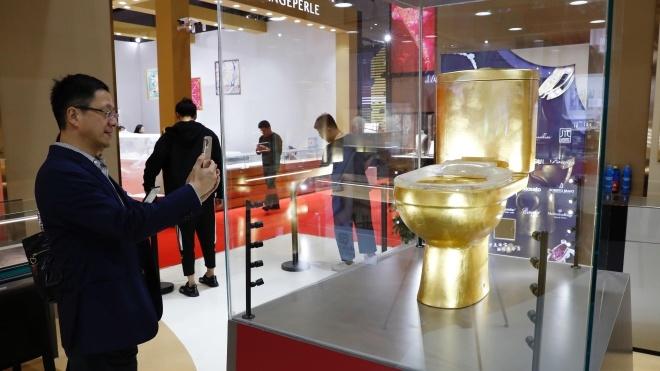 У Китаї представили унітаз із 40 тисячами діамантів. До того ж він куленепробивний