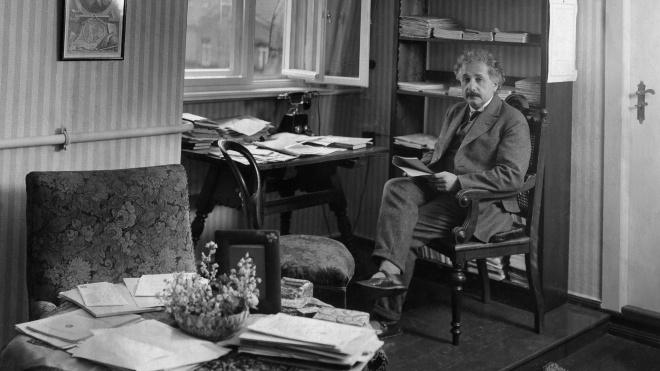 140 років тому народився Альберт Ейнштейн. Ось уривок із книги «Ейнштейн. Життя і всесвіт генія» — про теорію відносності та дружину вченого