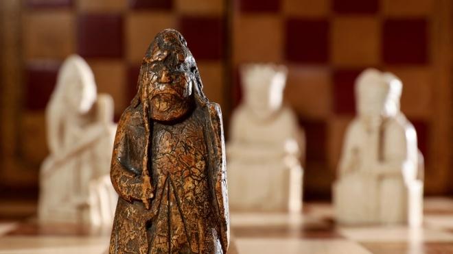 На аукционе в Лондоне выставили шахматную фигуру XII века, которую случайно нашла семья из Шотландии. Цена стартует от 1 млн фунтов