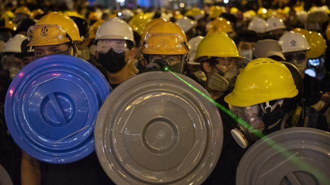 У Гонконзі третій місяць тривають масові протести. На боці влади поліція і «тітушки» з тріад, мітингувальники застосовують тактику Брюса Лі