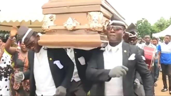«Оставайтесь дома или потанцуете с нами». Ставшие мемом гробовщики из Ганы записали обращение о карантине