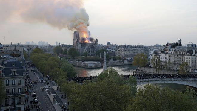 Пожар в соборе Парижской Богоматери. Крыша и шпиль обвалились, остался каркас здания. Что известно к этому часу?