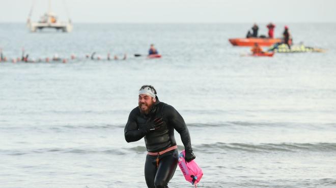 The Guardian: Тренер по фитнесу обогнул Британию вплавь за 157 дней. У него изменилось телосложение, а от соленой воды почти растворился язык