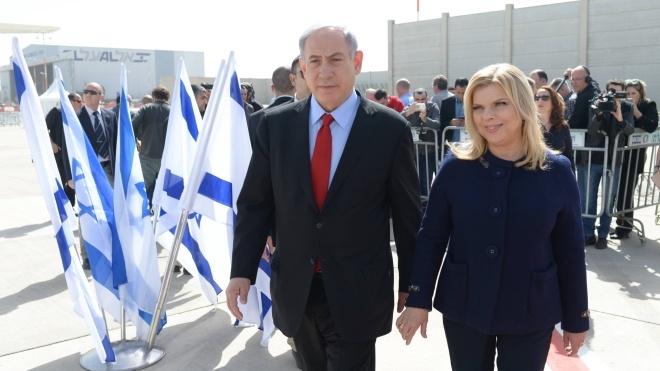 Премьера Израиля и его жену встречали в Киеве «хлебом и солью». Его супруга покрошила каравай на пол