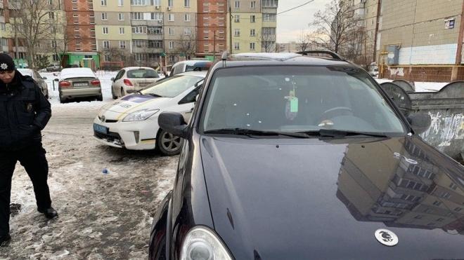 У Києві обстріляли автомобіль двох працівників штабу кандидата в президенти Гриценка