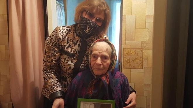У Краматорську депутат привітала ветеранів у масці від Louis Vuitton. І навіщось сіла до однієї з них на коліна