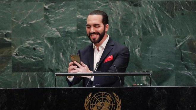 «Якщо ви дасте мені секунду». Президент Сальвадору почав виступ на Генасамблеї ООН із селфі