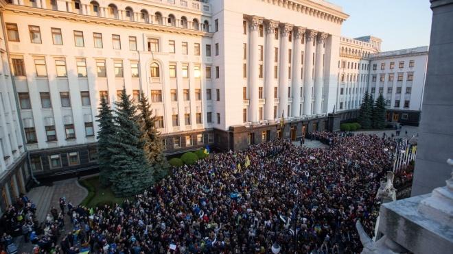 «Через год — так через год». Сторонники Порошенко час благодарили президента под Администрацией, а он обещал вернуться. Короткий репортаж