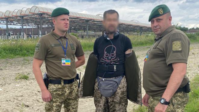 На Львівщині затримали латвійця, вдягненого у форму прикордонників. Каже, камуфляж подарувала кохана українка