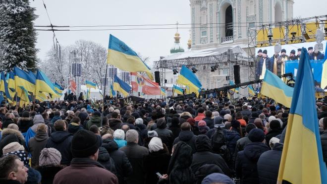 Решения Объединительного собора тысячи людей ждали 10 часов. Что происходило на Софийской площади в Киеве — в фоторепортаже theБабеля