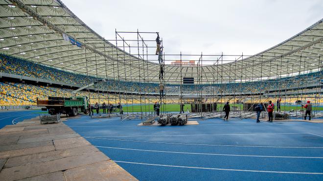4 дня до второго тура. Зеленский и Порошенко монтируют на «Олимпийском» две сцены — фоторепортаж