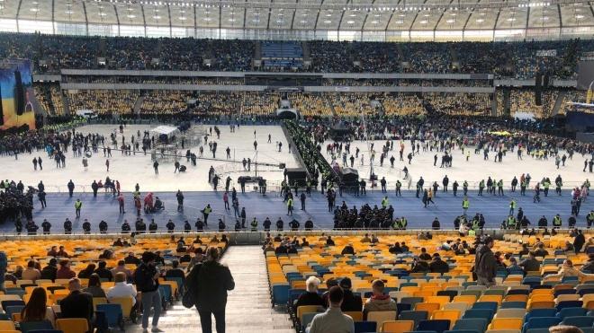 На «Олімпійському» — два концерти перед дебатами. Артисти зі сцен Зеленського й Порошенка перекрикують одне одного