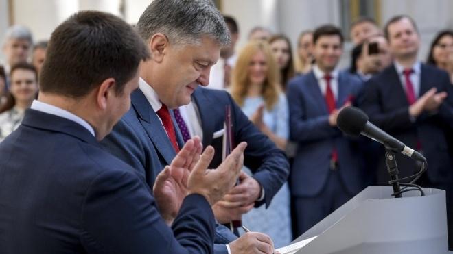 Порошенко підписав закон про «єдине вікно» на митниці. Оформлення товарів на експорт та імпорт стане електронним