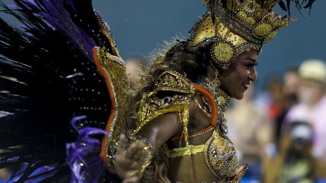 У Ріо проходить Бразильський карнавал.  Подивіться фотографії його головної події — битви шкіл самби