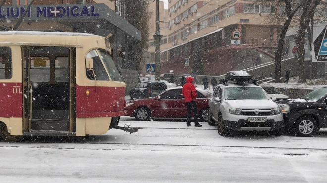Киев засыпало первым снегом. Город парализовали пробки и ДТП