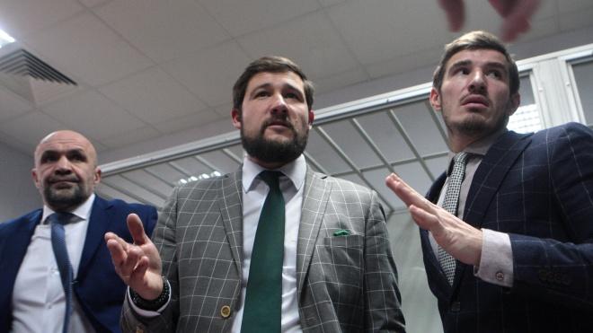 У Мангера в суді п'ять адвокатів. У їхньому послужному списку — Савченко, «Топаз» та Штепа.  Що ще про них відомо?