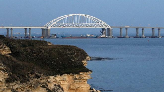 Танкер перекрыл проход кораблям ВМС Украины под аркой Крымского моста
