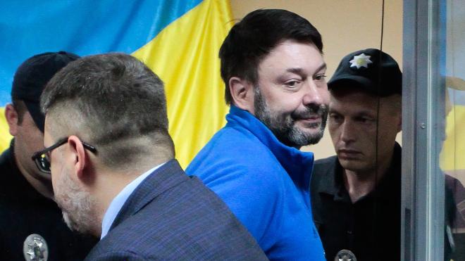 Керівника «РИА Новости Украина» Кирила Вишинського, якого Путін хоче повернути до РФ, звільнили з-під варти. theБабель розповідає подробиці справи