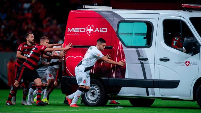 Бразильські футболісти виштовхали з поля заглохлу машину швидкої допомоги. Відео