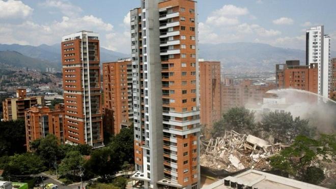 В Колумбии взорвали дом Пабло Эскобара. Зрителям для удобства принесли стулья