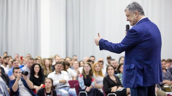 Петр Порошенко переименовал свою партию, ищет для нее новых людей и собирается провести ее в парламент. У него получится?