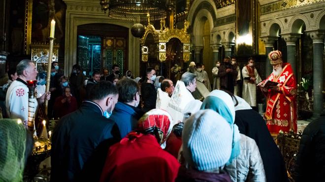 В пасхальную ночь в церквях Киева люди в масках (на подбородках) причащались из одной ложки, целовали Библию и устраивали крестные ходы. Пасхально-карантинный репортаж