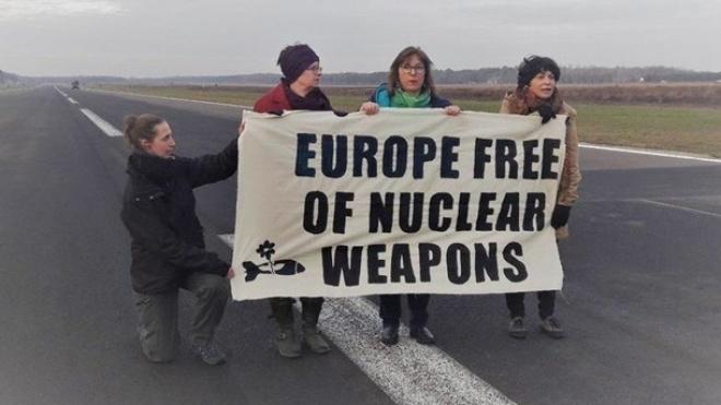 У Бельгії затримали чотирьох євродепутатів, які мітингували проти ядерної зброї США