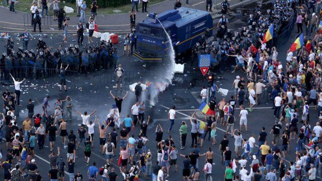Более четырёхсот пострадавших. В Румынии полиция дубинками и водомётами разогнала митинг против коррупции