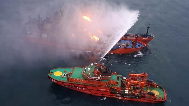 Танкер, що загорівся у Чорному морі, не міг зайти в порт. Він був під санкціями США