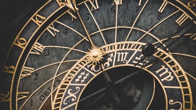 Україна перейде на зимовий час цієї неділі. Чи скасують переведення годинників?