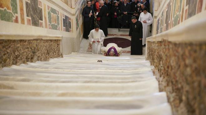 Зі Святих Сходів у Римі зірвали захисні дерев'яні дошки. Віряни зможуть доторкнутися до оригінального мармуру вперше за 300 років