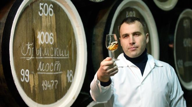 У Росії випустять вино «Кримський міст». Його почнуть продавати, коли на півострів поїдуть поїзди