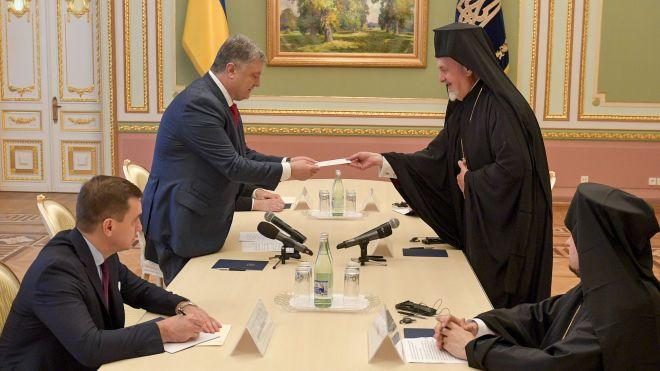 Порошенко встретился с экзархами Константинопольского патриарха. Они привезли письмо от Варфоломея, которое растрогало президента