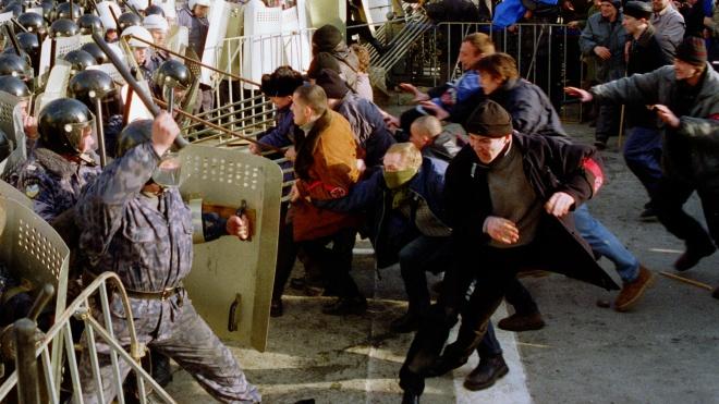 18 років тому в Києві відбулися масові сутички «Беркута» з учасниками акції «Україна без Кучми».  theБабель вперше публікує унікальні фото і згадує історію протестів