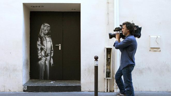 В Париже украли работу Бэнкси. Дверь с муралом в память о жертвах теракта сняли с театра и увезли