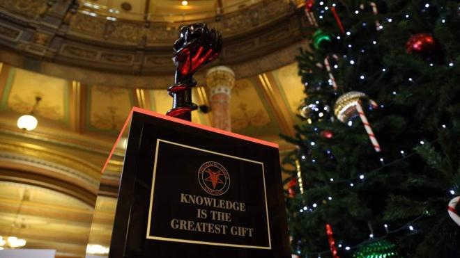 В Іллінойсі поруч з різдвяною ялинкою в Капітолії встановили символ сатанізму