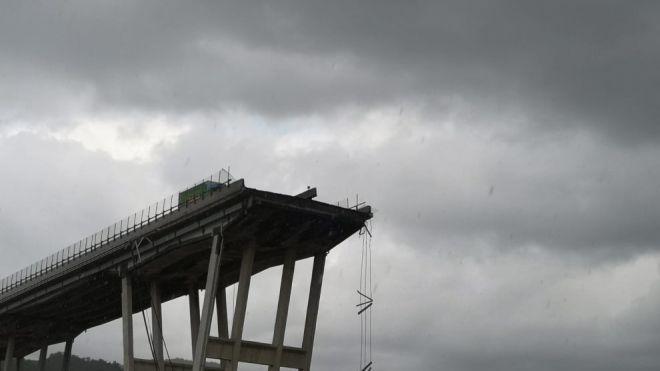 Під завалами мосту в Генуї виявили загиблу сім'ю. Кількість жертв зросла до 42